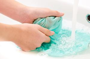Как гладить шелк, правила ухода и стирки шелковой ткани