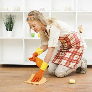 Женщина чистит пол