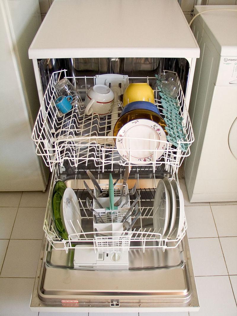 Только в этом случае запах из посудомоечной машины не будет доставлять хлопот.