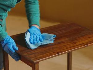 Как протирать полированную мебель