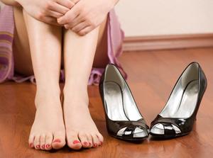 Почему обувь красит ноги