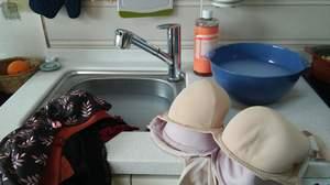 Как отстирать белый бюстгальтер в домашних условиях? 16 фото Как правильно стирать лифчик вручную, чем отстирать нижнее белье от желтых пятен