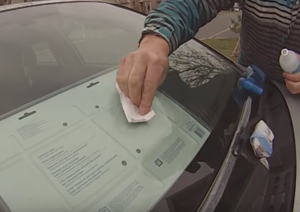 Чем очистить лобовое стекло автомобиля без разводов