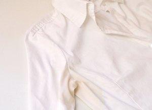 Как отстирать желтые пятна с белой одежды